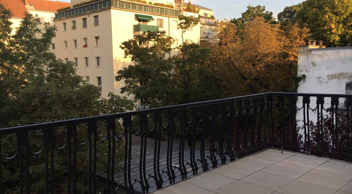 Top ausgestatteter 4-Zimmer Altbau mit großem Balkon! Unbefristet!