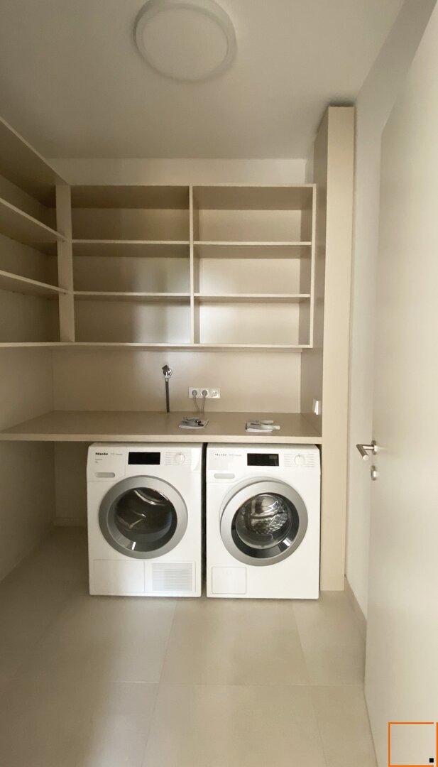 Wirtschaftsraum mit Waschmaschine & Trockner