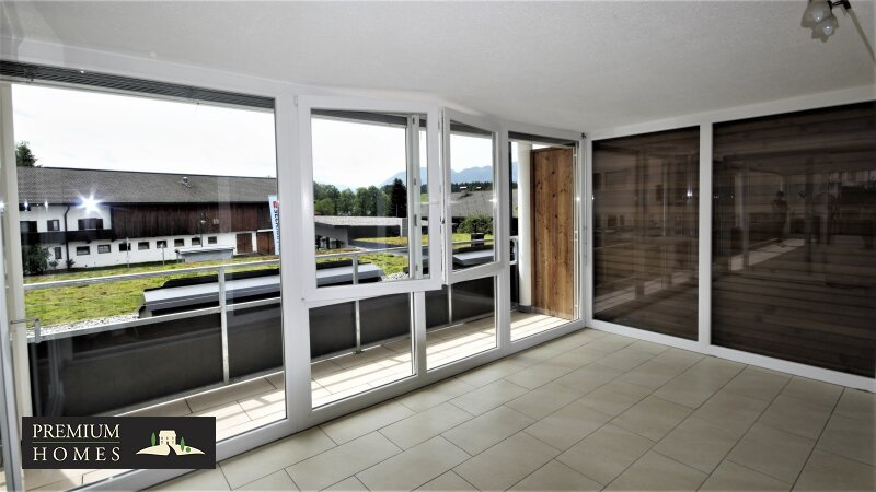 BAD HÄRING - MIETWOHNUNG - Wohnzimmer mit Sicht in offenen Wintergarten