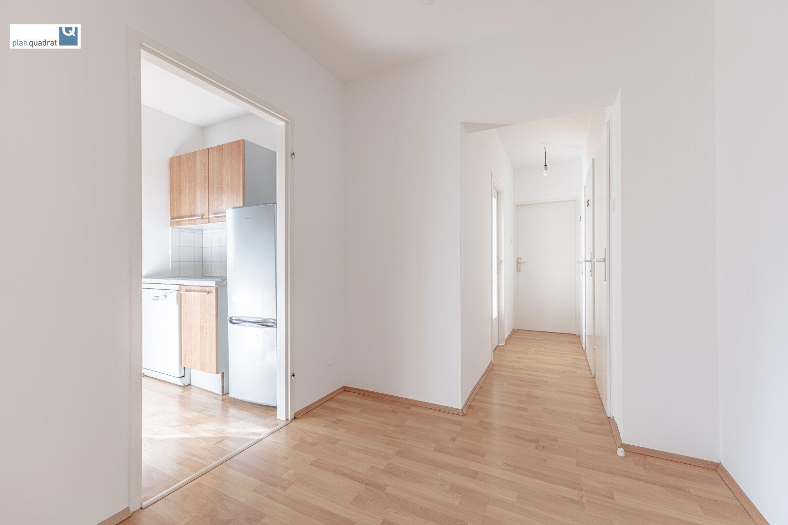 Vorraum (ca. 4,50 m²) und Gang (ca. 2,80 m²) - alle Räumlichkeiten sind von hier aus zentral begehbar