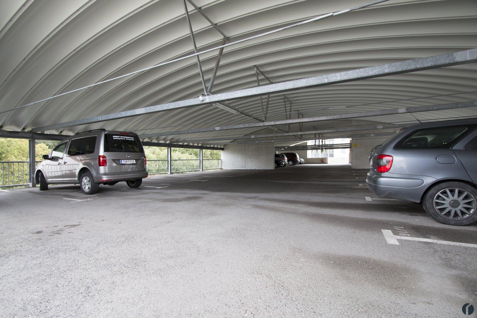überdachter Auto Abstellplatz