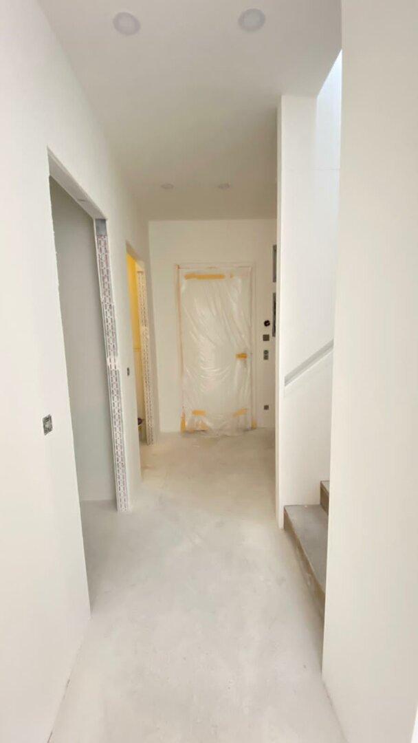 Vorraum - Zugang Badezimmer und Treppenaufgang