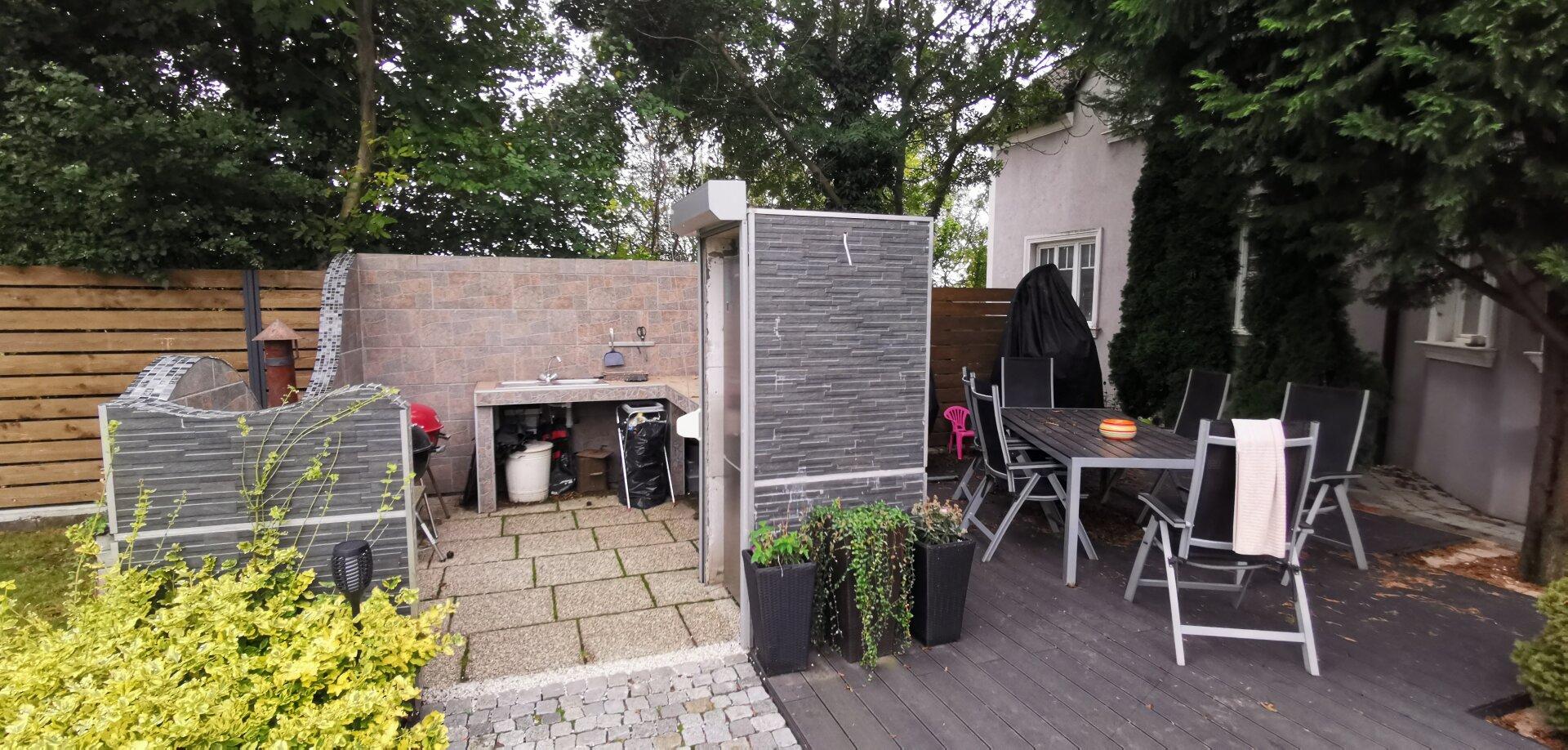 Outdoorküche mit Sitzplatz