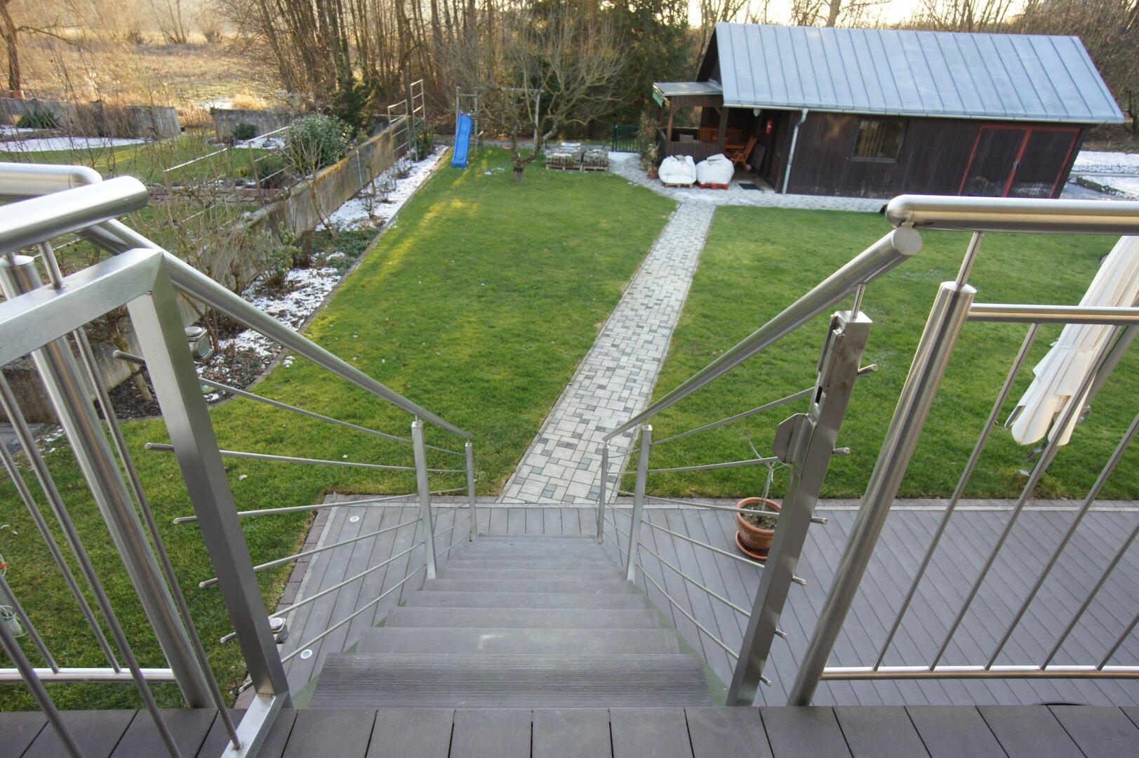Abgang von der Terrasse in den Garten
