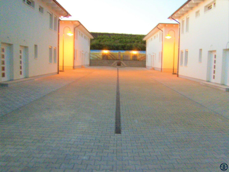 Blick zu den Häusern von der Einfahrt aus