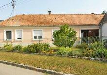 Preishit: Einfamilienhaus mit uneinsehbarem Innenhof und Riesengarten, Obj. 12405-CL