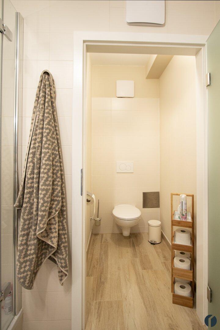 WC im Badezimmer mit eigener Tür