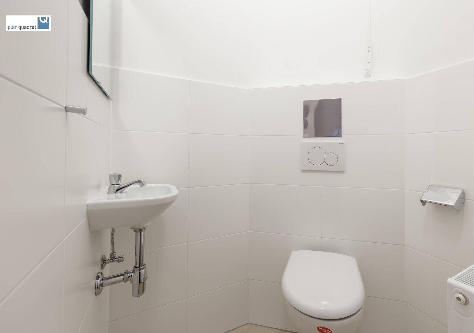 separate Toilette (mit Handwaschbecken)