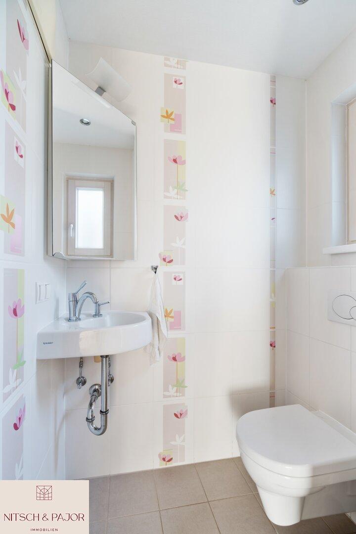 separate Gästetoilette mit Handwaschbecken