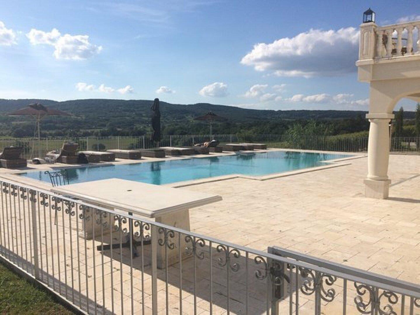 Pool mit Travertin-Terrasse