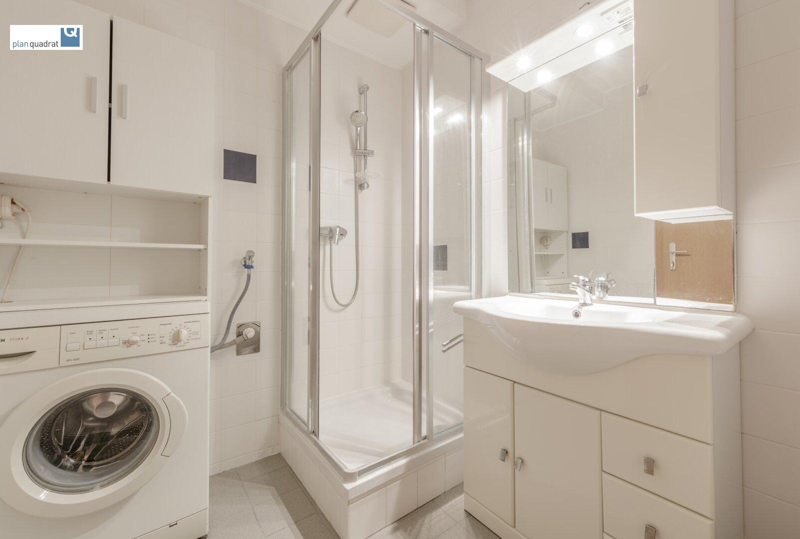Badezimmer (ca. 4,60 m²) mit Waschbecken, Dusche, Toilette und Wa-Ma-Anschluss