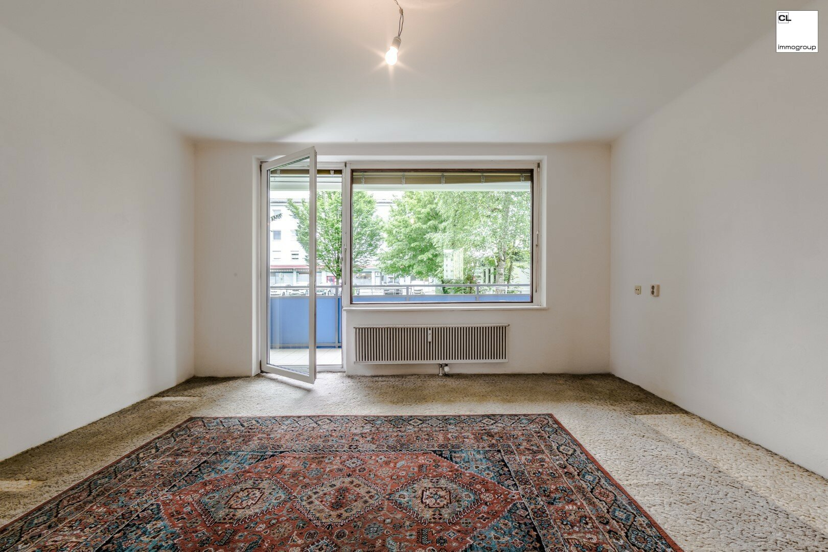Großes Wohnzimmer mit Ausgang auf den vergrößerten Balkon von ruhigen 3-Zimmer-Wohnung in Salzburg zu kaufen www.cl-immogroup.at