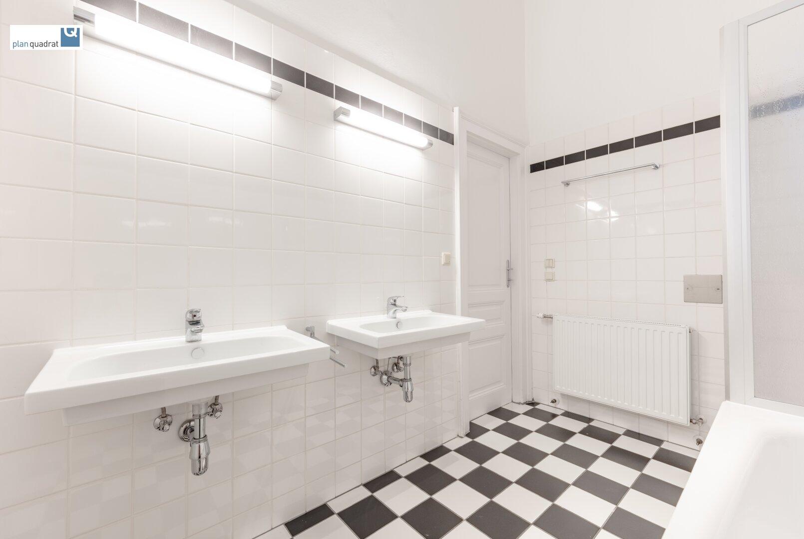 Badezimmer (mit zwei Waschbecken, Badewanne und Dusche)