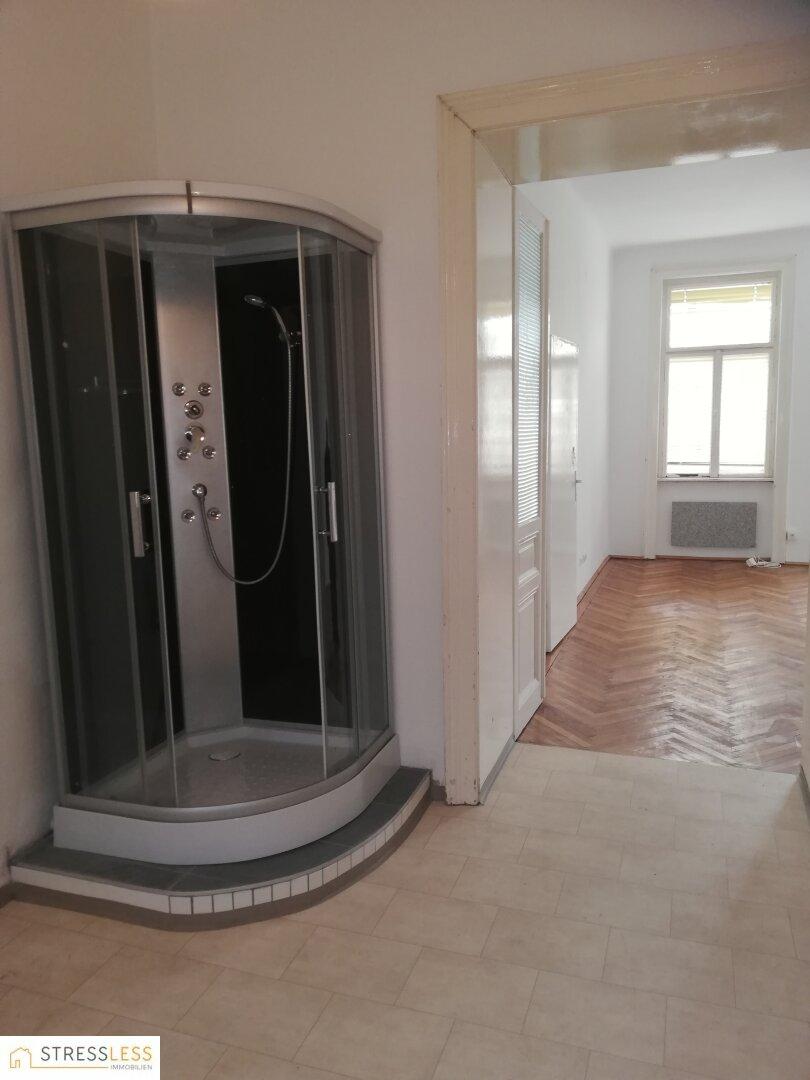 Badezimmer mit Durchgang ins Zimmer 1