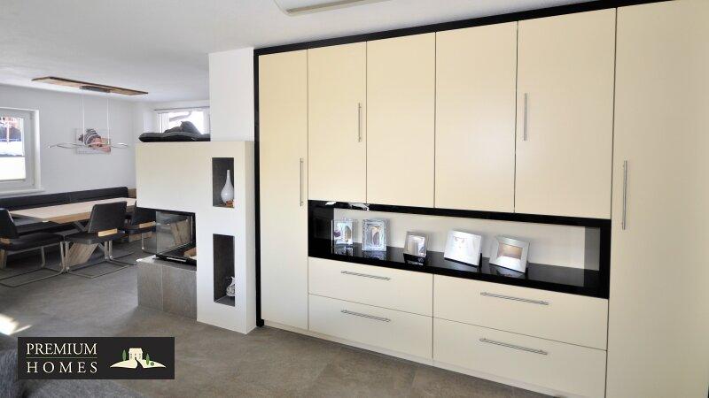 Kirchbichl Zweifamilienhaus_ verwirklichte Ideen der Gemütlichkeit_Wohnbereich mit geräumigen Schrank