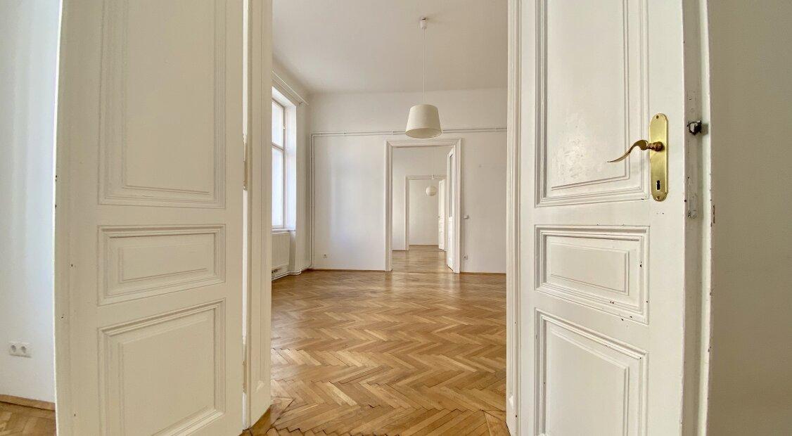 Tolle Familienwohnung oder WG-Nutzung - aber auch Eignung für Home-Office direkt beim Sparkassaplatz