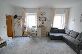 2-3 Zimmer Wohnung und große Küche, weiteres Zimmer möglich!