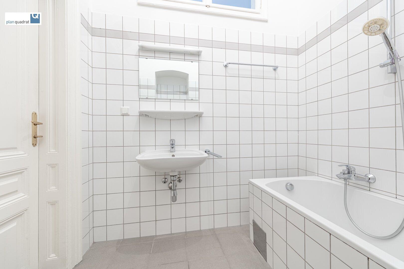 Badezimmer (mit Waschbecken, Badewanne & Wa-Ma-Anschluss)