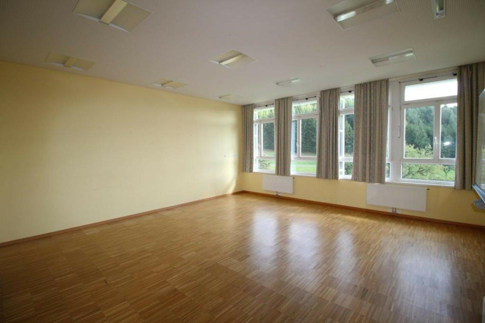 Aus 40 m² Klassenzimmer kann Kochen-Essen+Wohnen möglich werden