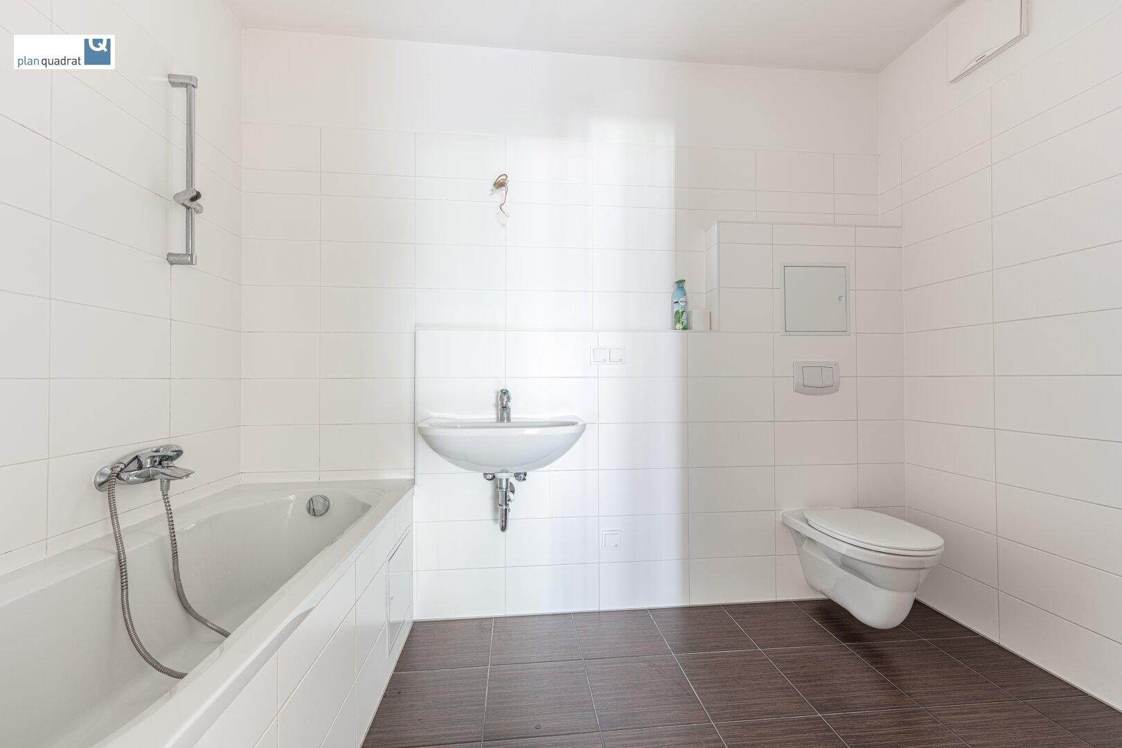 Badezimmer (ca. 5,70 m²) mit Waschbecken, Badewanne, Toilette und Wa-Ma-Anschluss