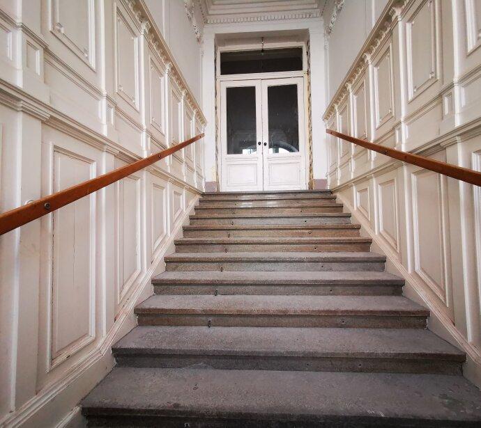 Großräumige 4 Zimmer Wohnung mit separater Küche und hofseitigem Balkon!