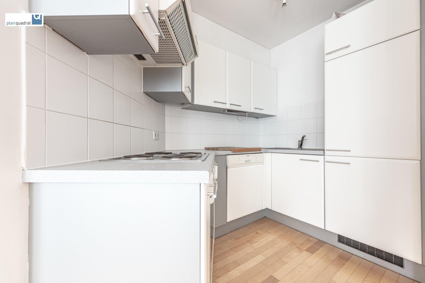 Küche (ca. 4,00 m²) mit E-Herd und Backofen, Dunstabzug, Geschirrspüler & Kühlschrank mit Gefrierfach