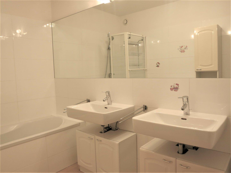 Wannenbad mit Doppelwaschbecken
