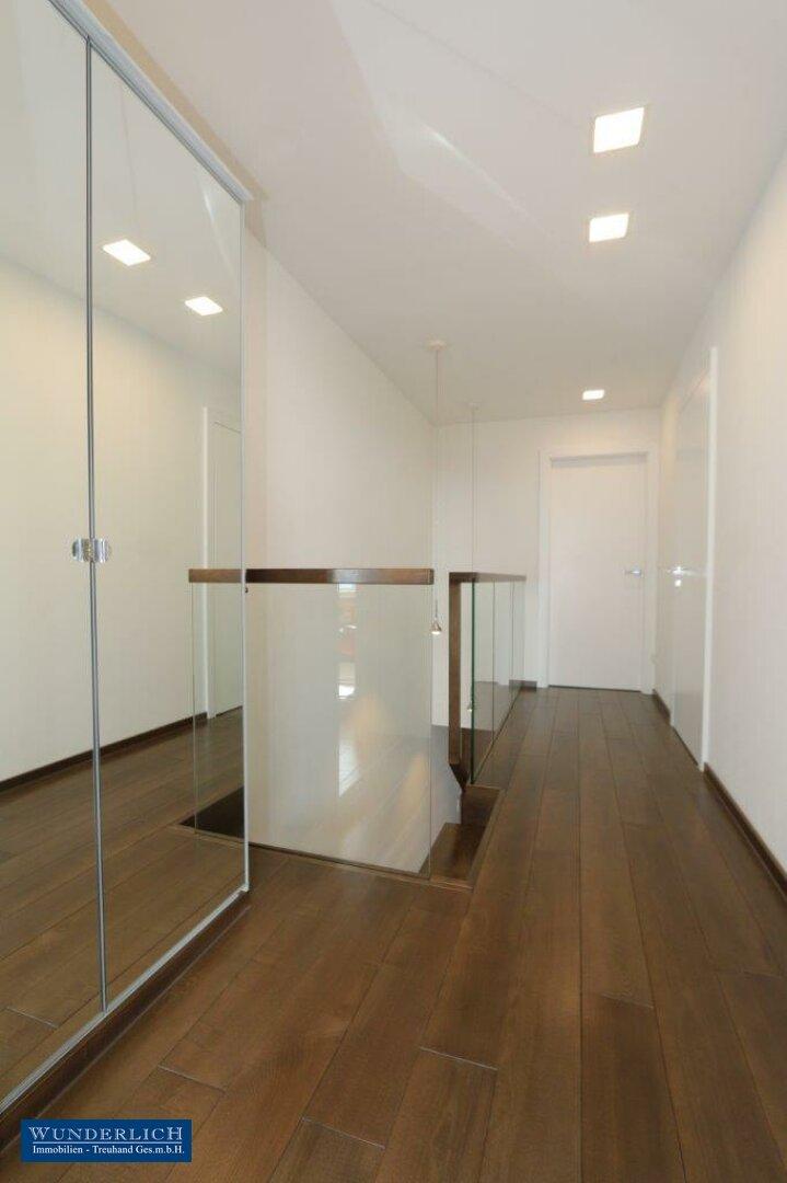 Vorraum im Obereschoß/ Glasgeländer