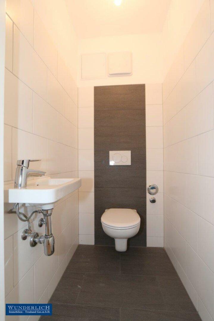 Toilette mit Handwaschbecken