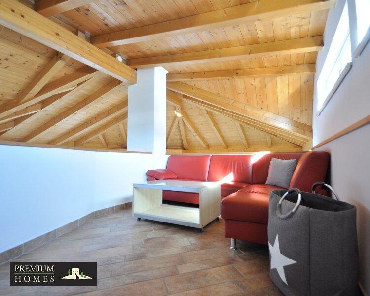Kirchbichl Zweifamilienhaus_ hohe Qualität mit Modernem Design_Leseecke mit TV