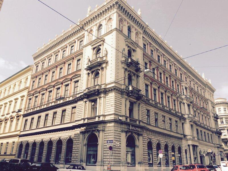 Generalsanierte Luxus- Altbauwohnungen in repra?sentativem Innenstadtpalais !