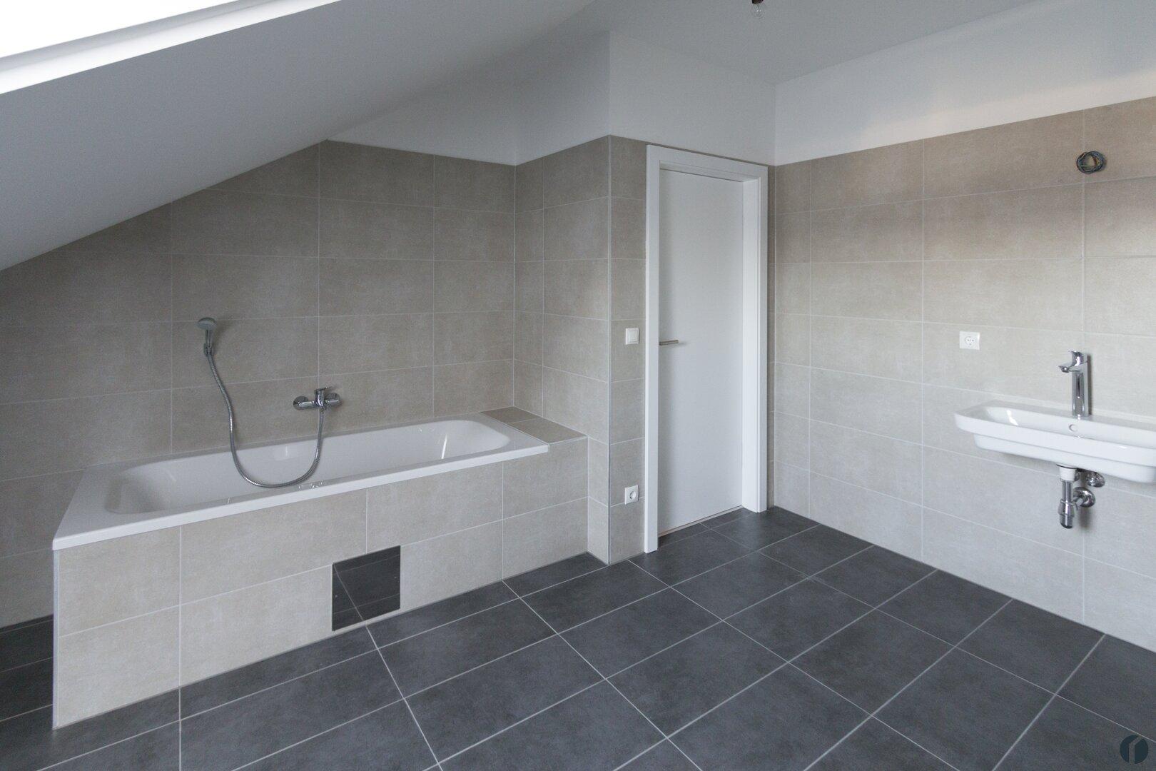 Musterwohnung Badezimmer mit Badewanne und Dusche