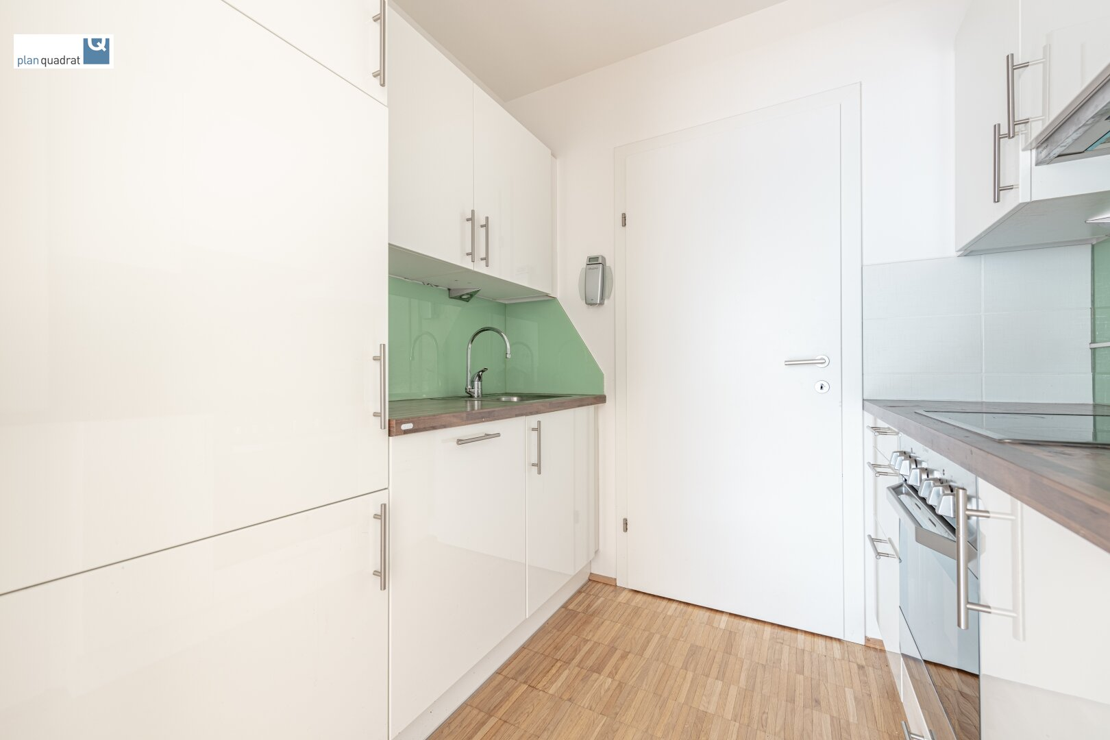 Küche (ca. 4,30 m² / inkl. E-Herd mit Ceranfeld, Dunstabzug, Geschirrspüler und Kühlschrank) mit Zugang zum Abstellraum