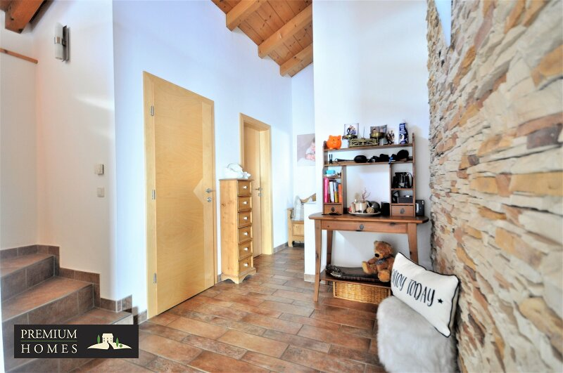 Kirchbichl Zweifamilienhaus_ hohe Qualität mit Modernem Design_Flur Obergeschoss