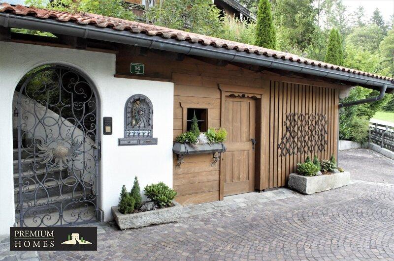 Breitenbach am Inn - Elegantes Landhaus - Eingangstor mit aufwendigem Handwerk und Holzlager