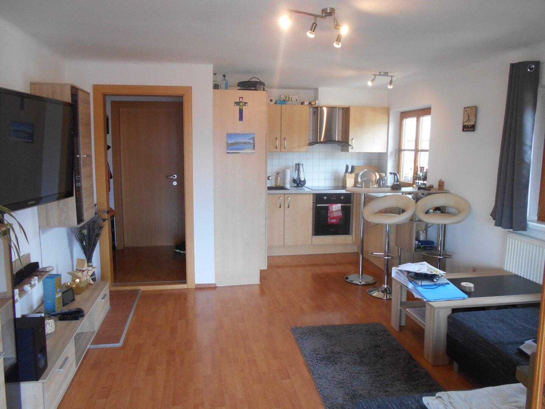 Küche mit Essbereich und Wohnraum