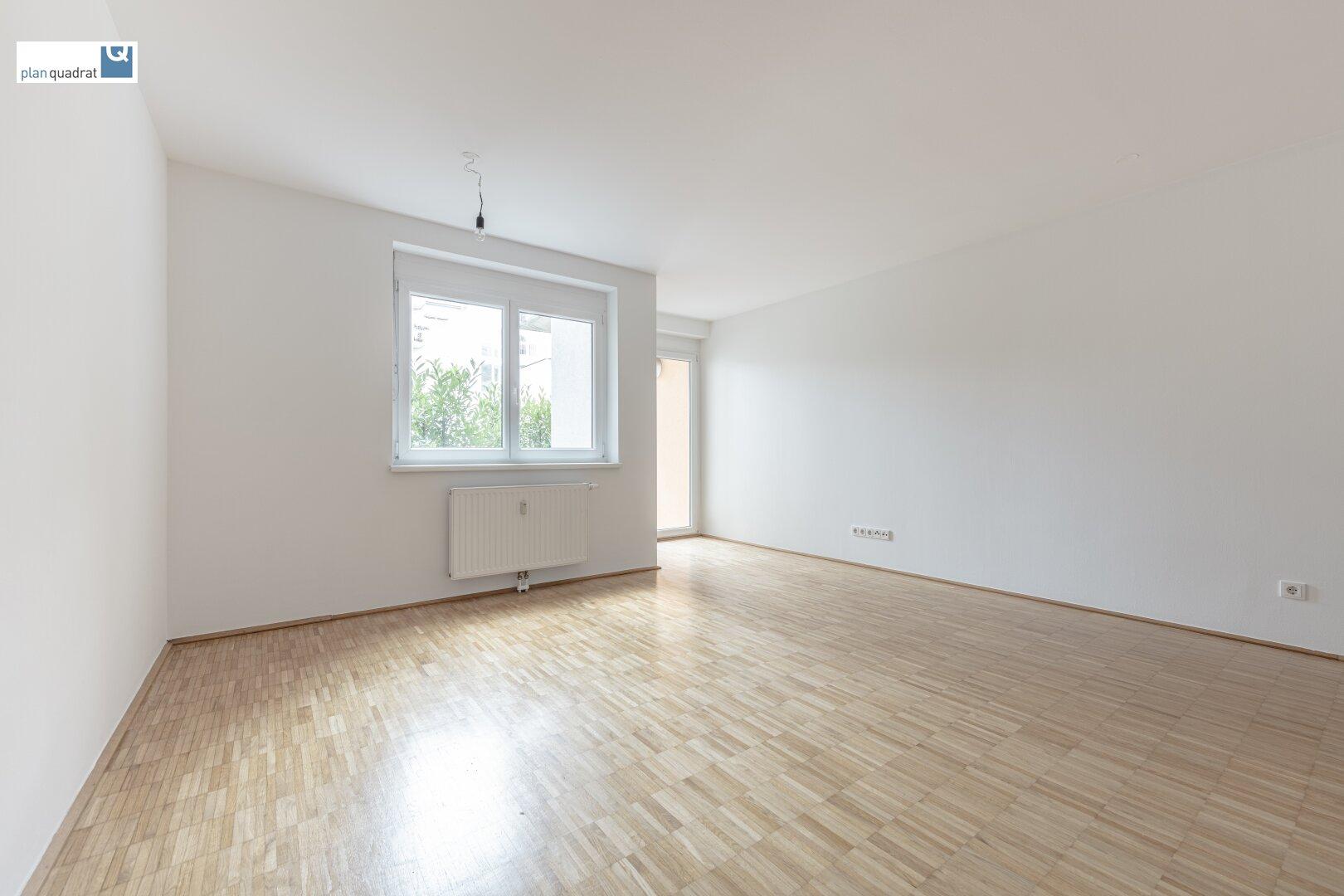 Wohn- / Esszimmer (ca. 23,90 m²) mit Ausgang zum Balkon