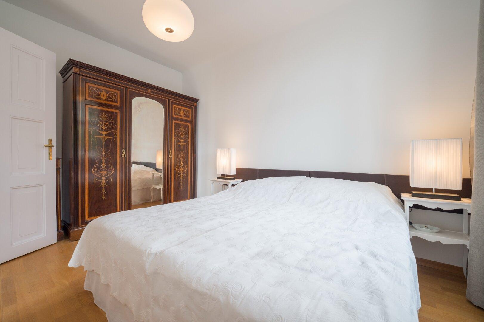 Bett mit Barock-Schrank