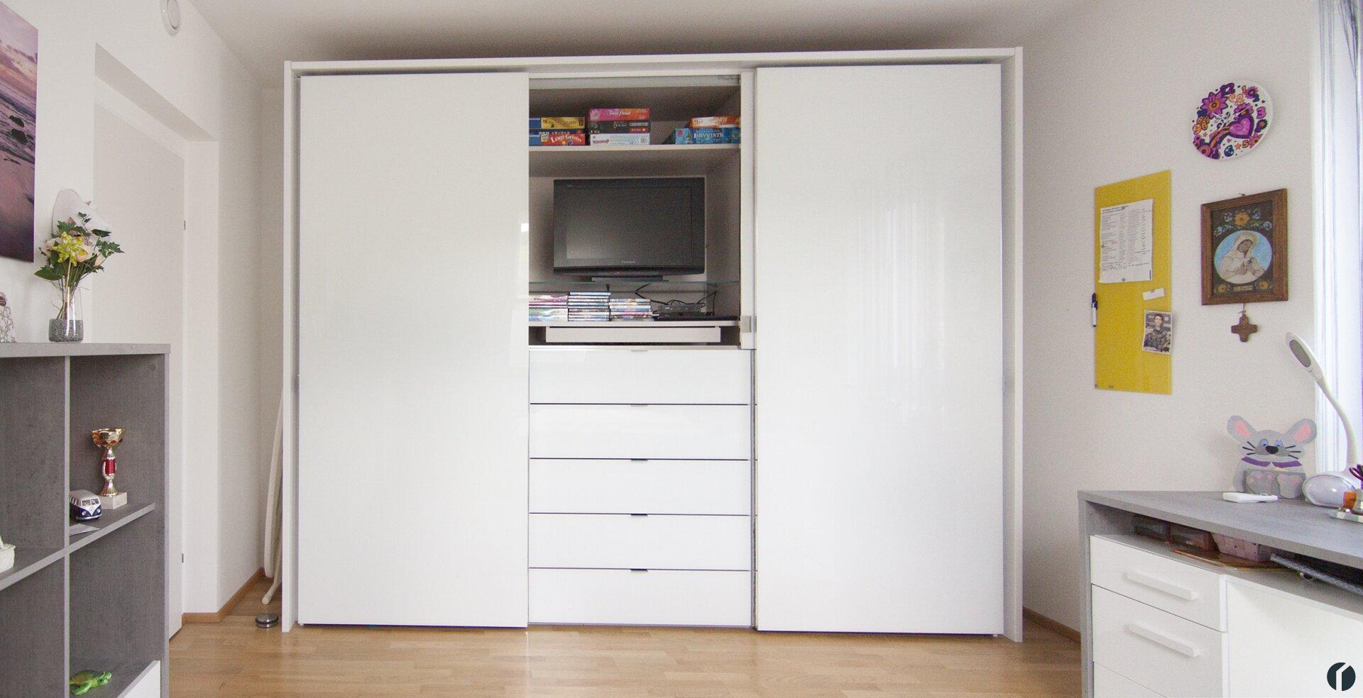großzügiger Schrank im Schlafzimmer 2 mit TV