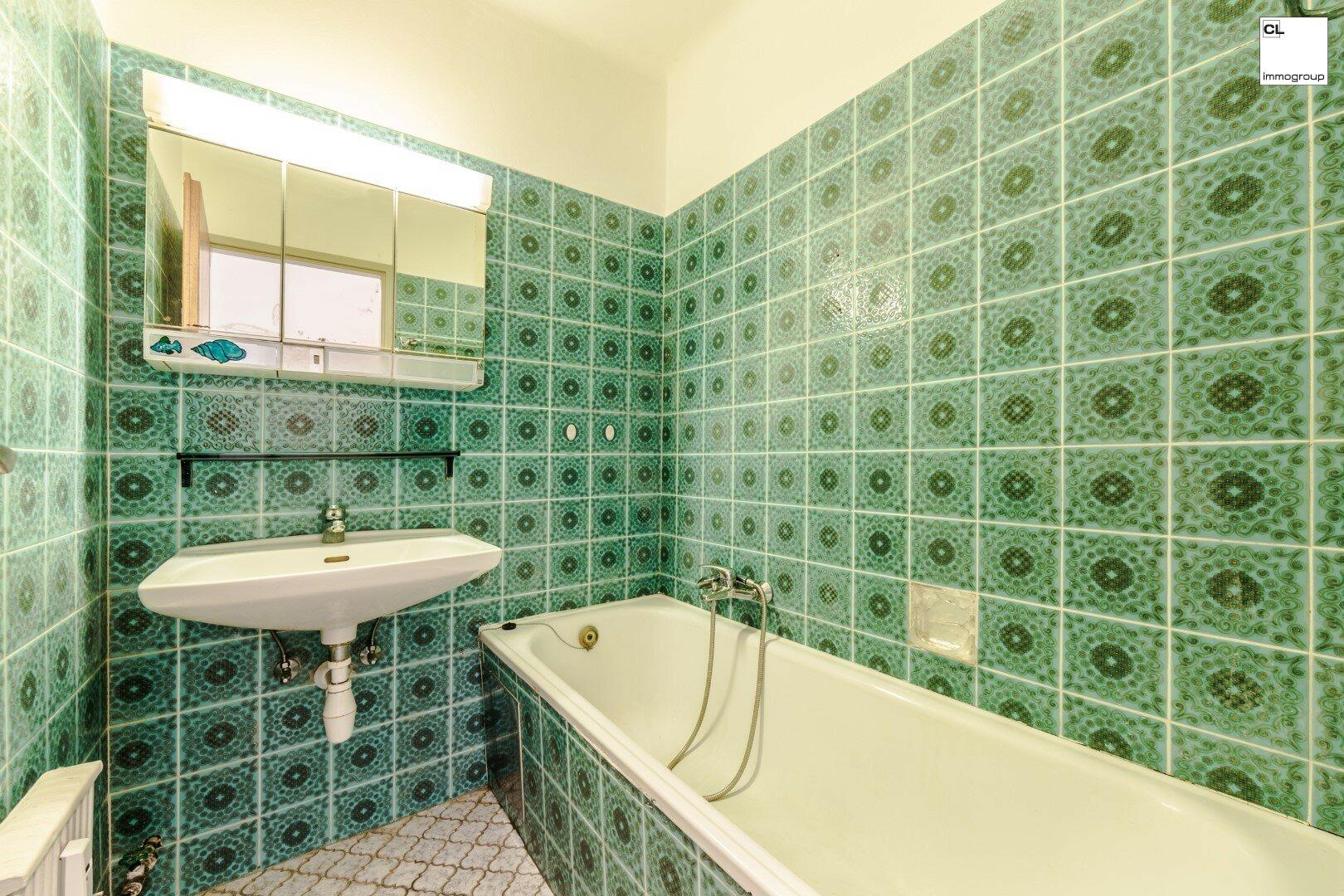 Voll funktionstüchtiges Bad mit Badewanne