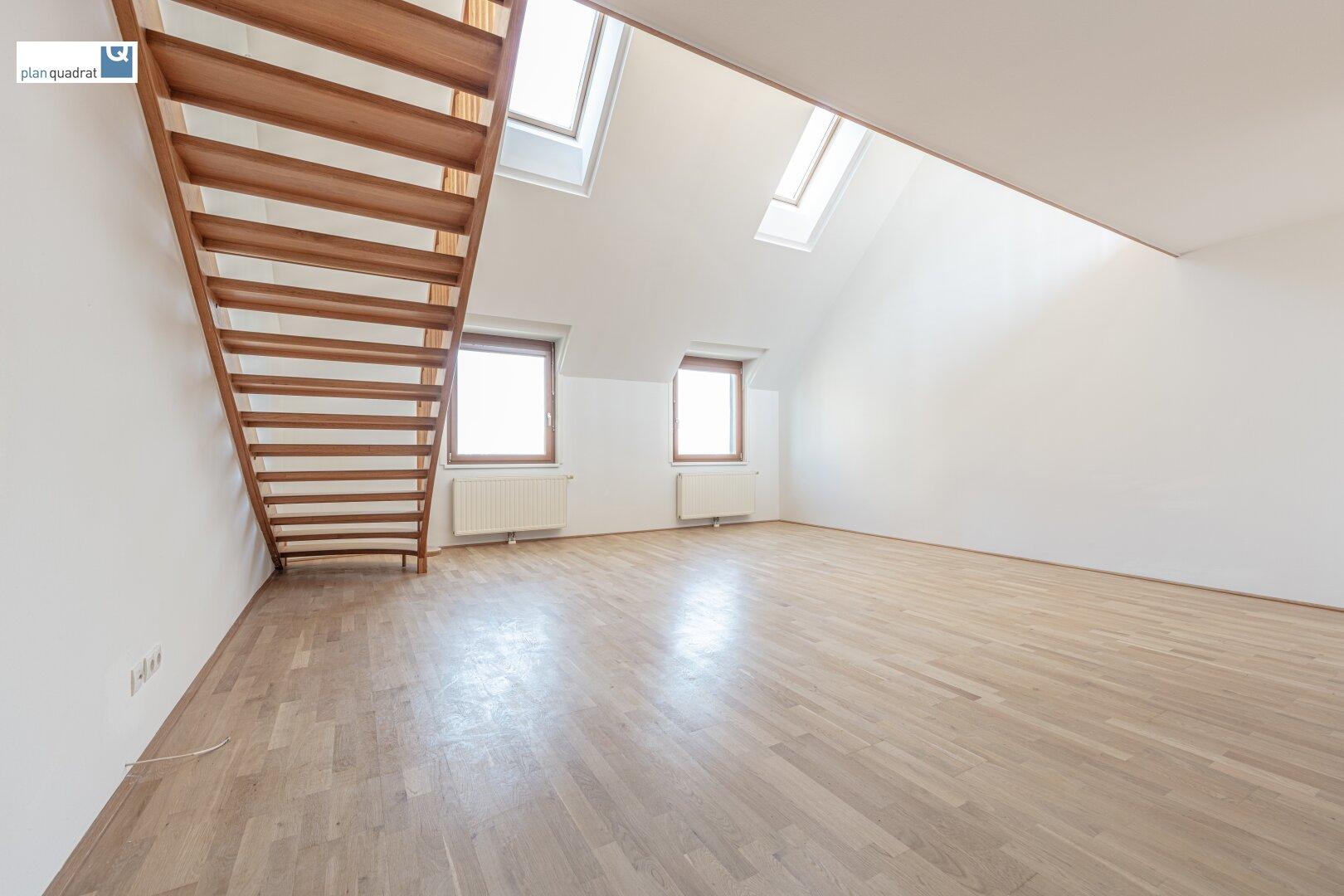 Wohn- / Esszimmer (ca. 34,90 m²) mit Aufgang zur Galerie und Terrasse