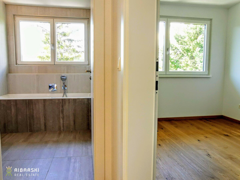 Zimmer neben Badezimmer im Obergeschoss