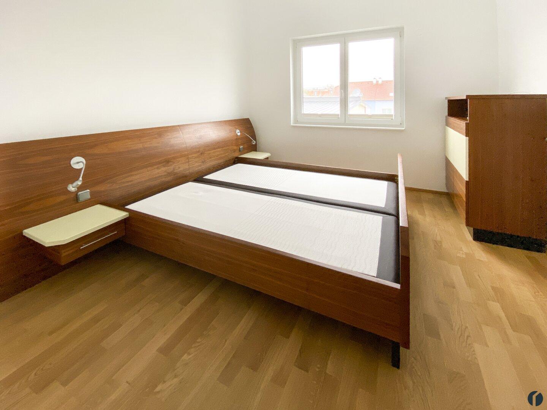 Hochwertig eingerichtetes Schlafzimmer