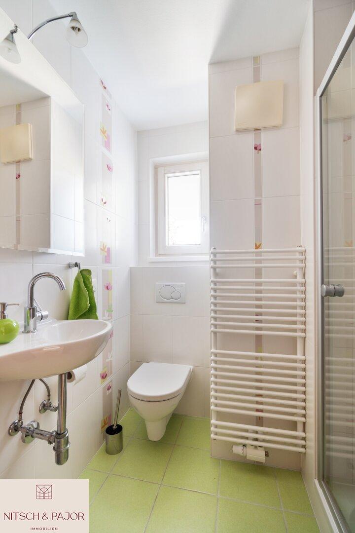 kleines Bad im OG mit Dusche und Handwaschbecken