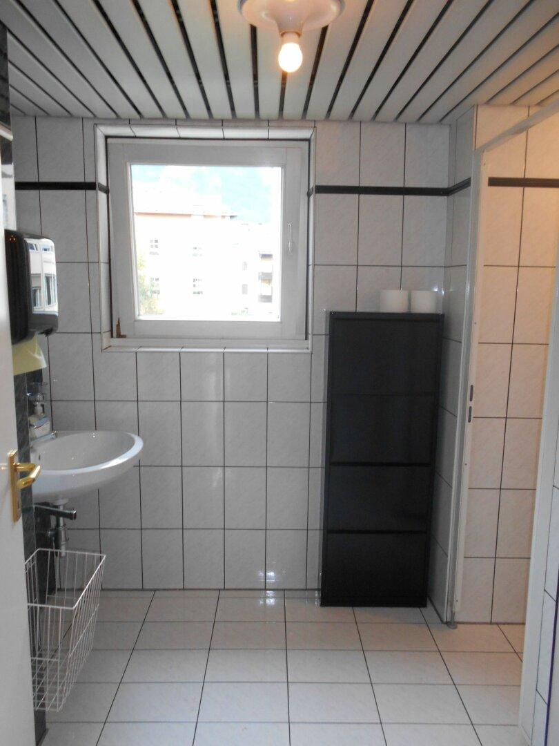 Sanitärraum mit Waschbecken und 2 WC