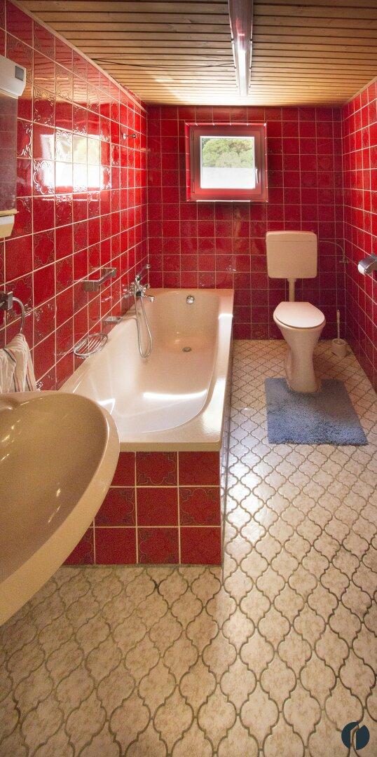 Bad mit Fenster und Badewanne im Keller