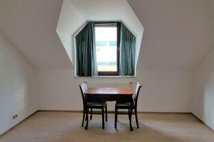Kleine charmante Dachgeschoß-Wohnung direkt am Graben !