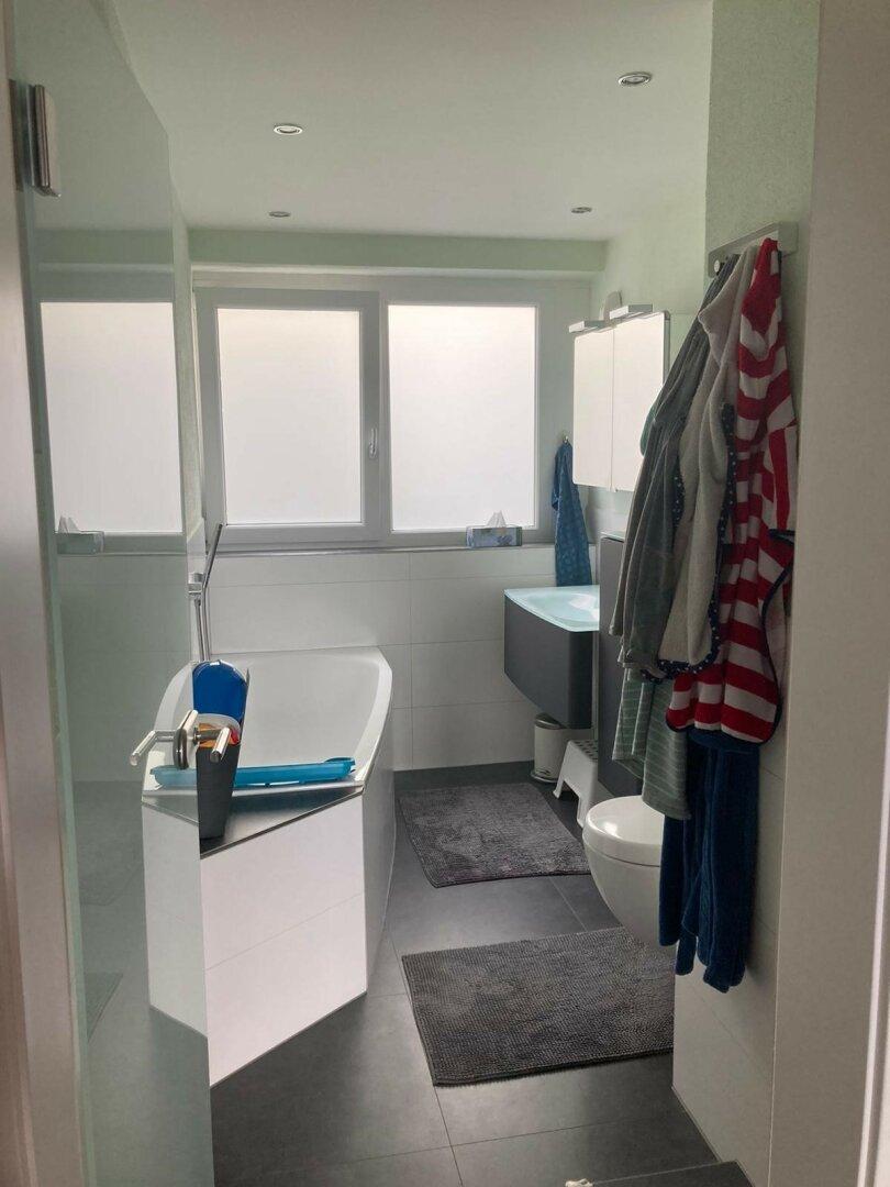 Tageslichtbad mit Wanne und WC