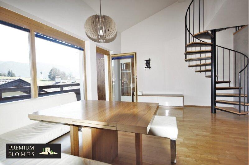Breitenbach-Dorf-Mietwohnung-Wohnzimmer mit Aufgang in die Galerie