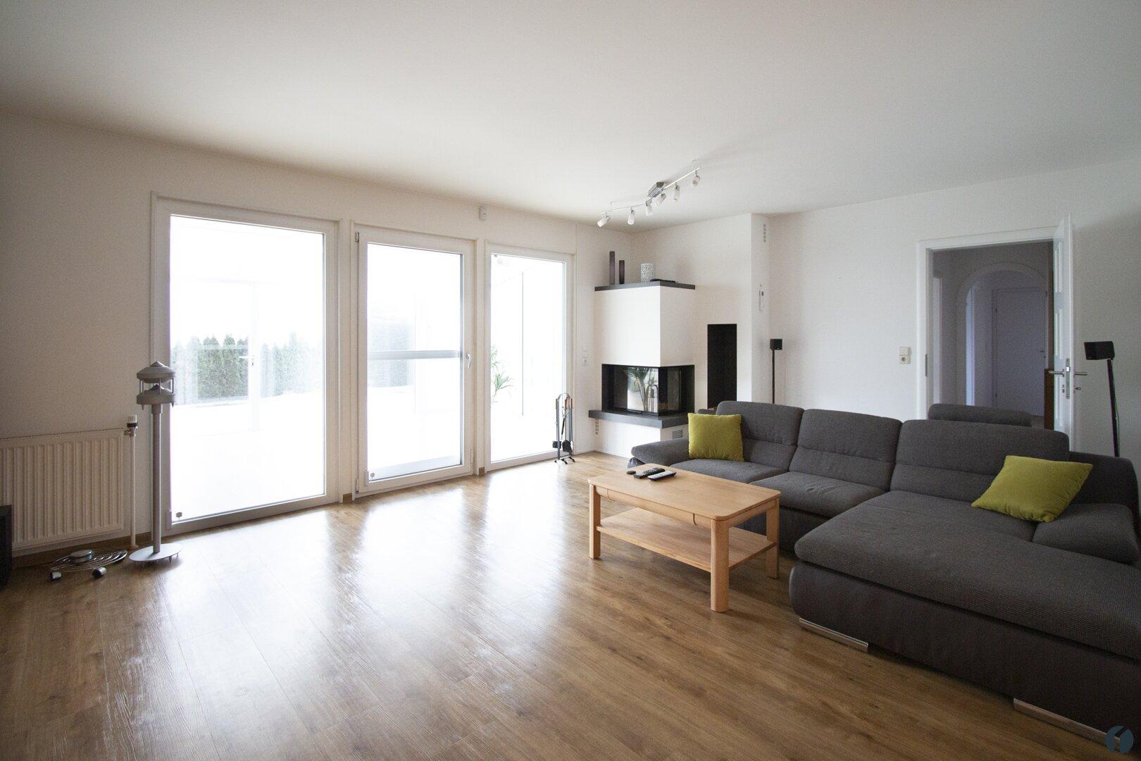 Wohnzimmer mit Ausgang zum Wintergarten